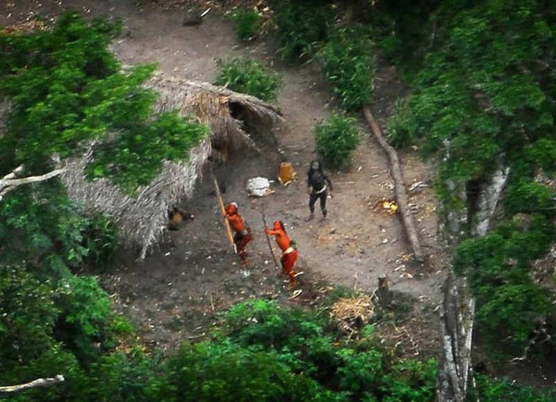 Plemię w dżungli, widoczne podczas przelotu samolotem