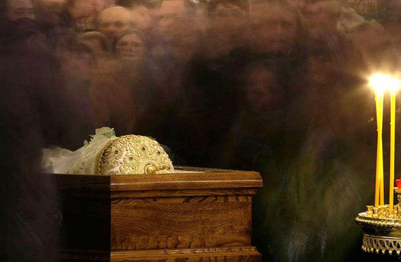 Duchowny leżący w trumnie