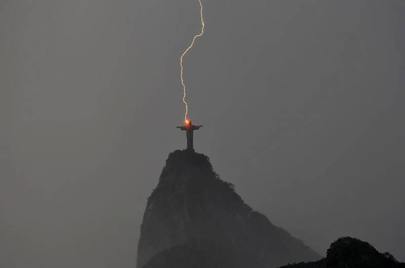 Piorun uderza w posąg Chrystusa w Brazylii