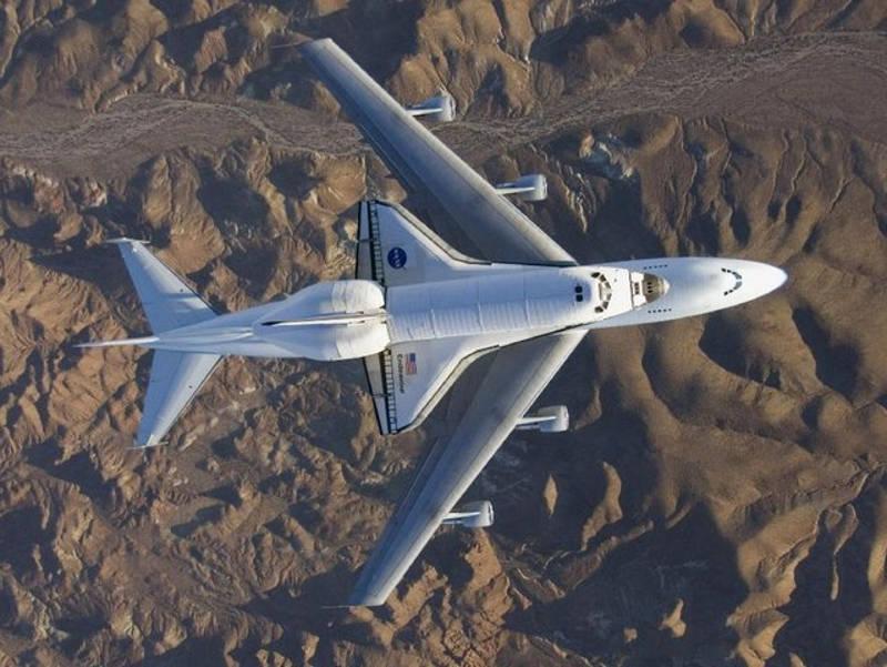 Transport wahadłowca kosmicznego na grzbiecie samolotu