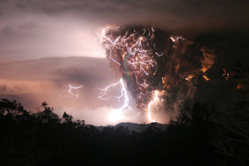 Ogromna chmura popiołu nad kraterem wulkanu