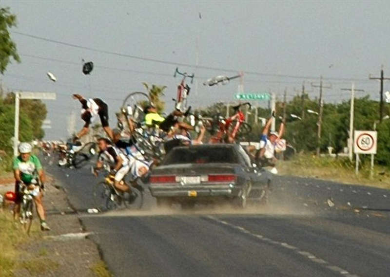 Samochód uderza w grupę kolarzy na zawodach