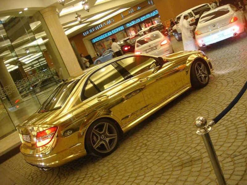 Mercedes cały pomalowany na złoty kolor