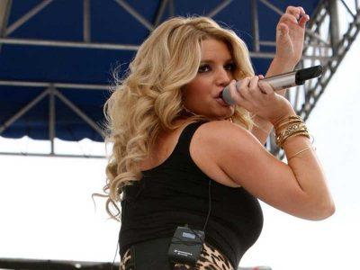 Jessica Simpson z mikrofonem