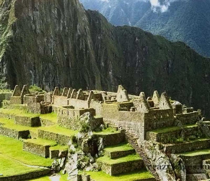Widoczne porośnięte zielenią ruiny Machu Picchu