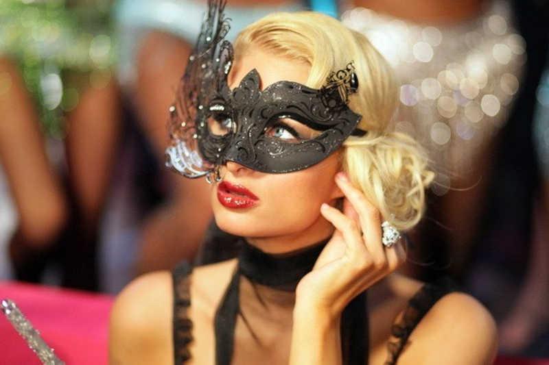 Paris w czarnej masce na oczy