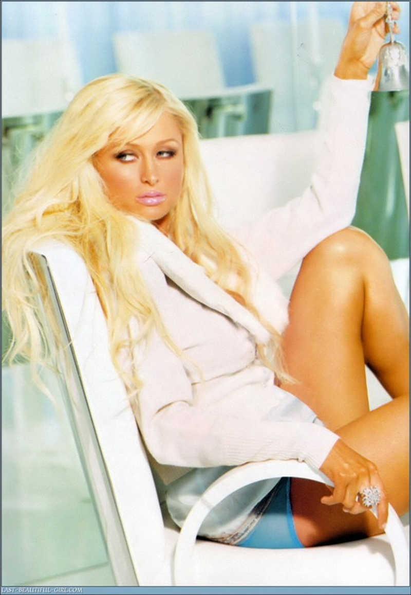 Modelka pozuje na białym fotelu