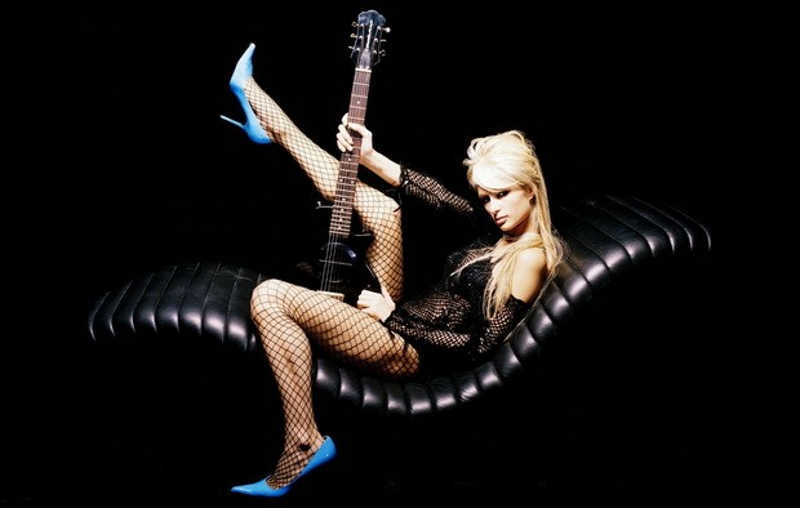 Paris Hilton z gitarą na fotelu