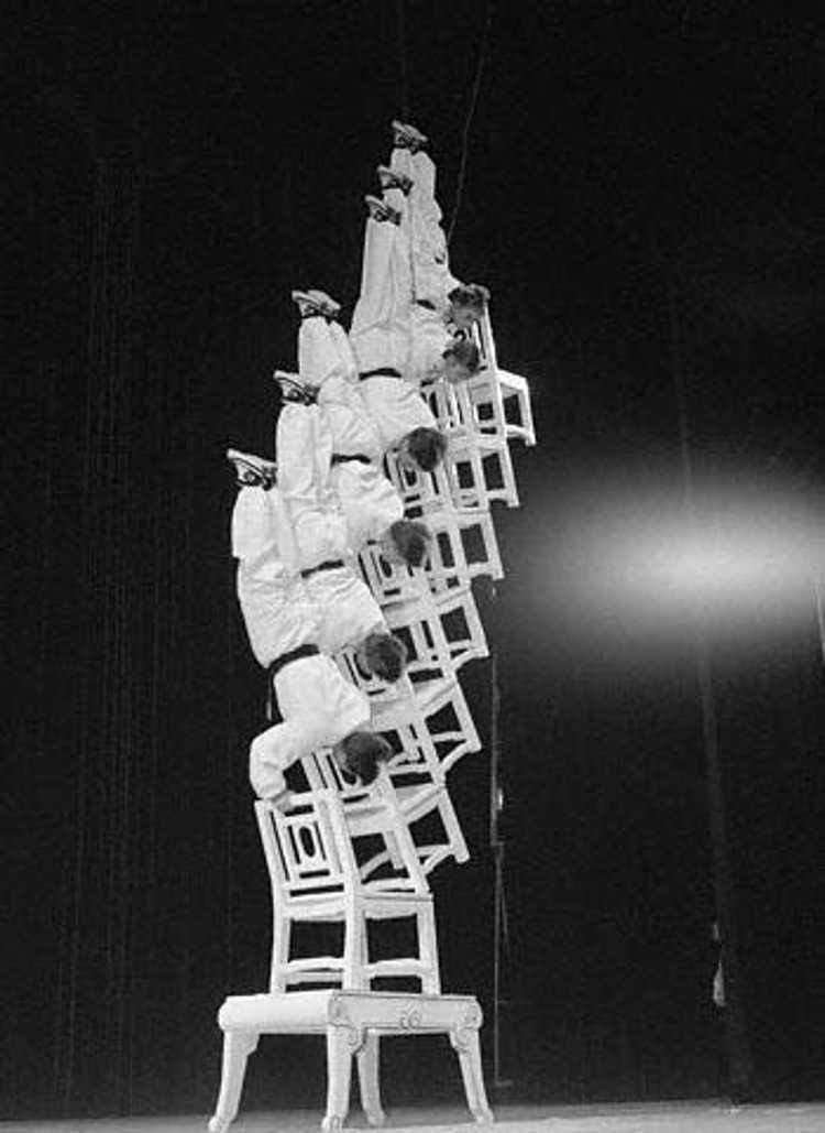 Akrobacje z krzesłami