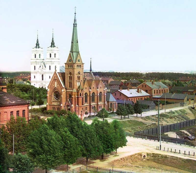 Dwa blisko stojace obok siebie kościoły. Cerkiew i katolicki koścół
