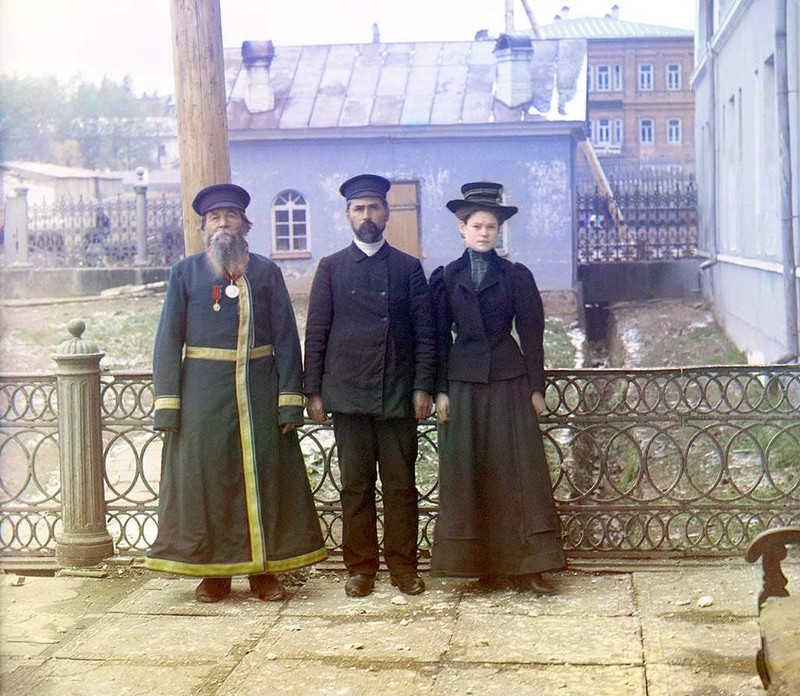Troje ludzi pozuje do zdjęcia. Kobieta i dwóch mężczyzn