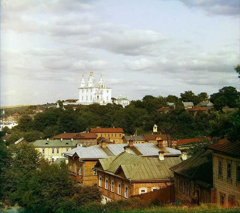 Rogatki miasta z widoczną w oddali cerkwią