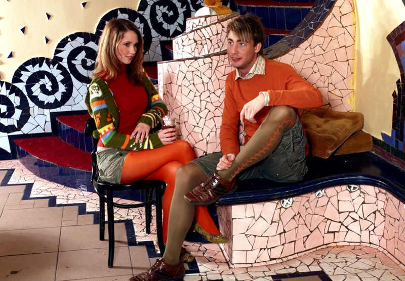 Dziewczyna i chłopach siedzący w rajstopach