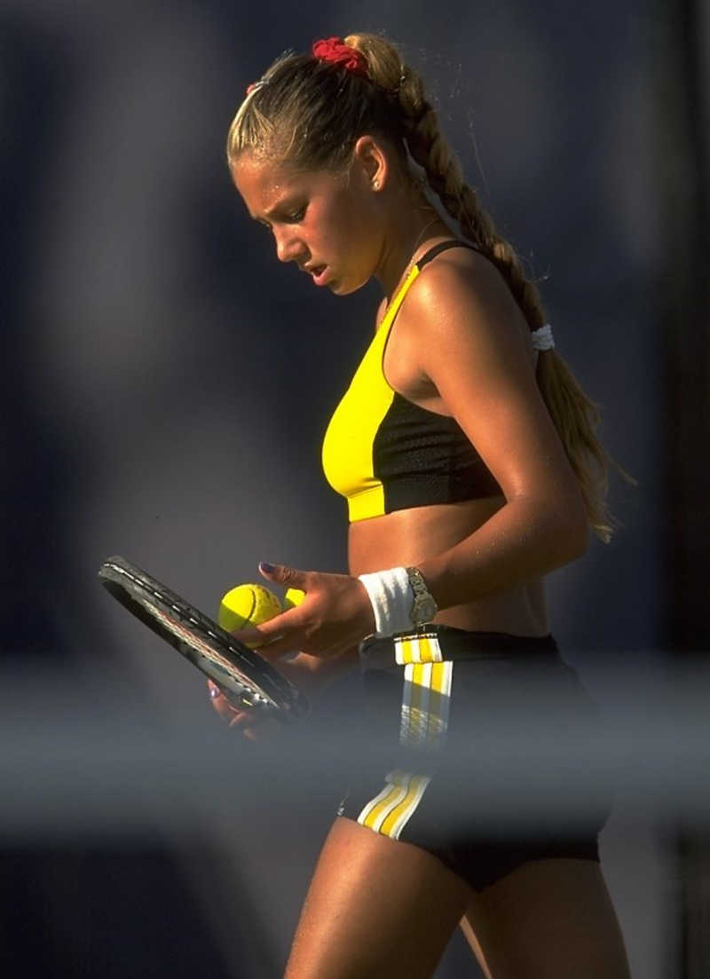 Tenisistka koncentruje się przed uderzeniem piłki