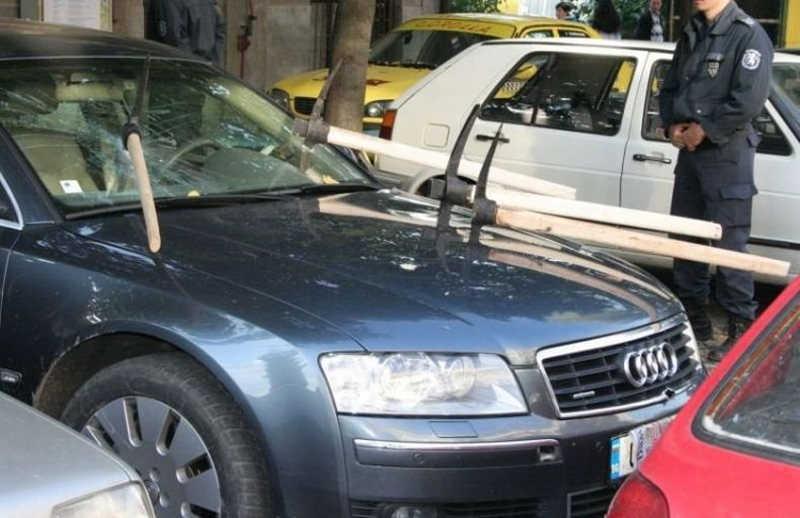 NARZĘDZIA budowlane powbijane w maskę samochodu