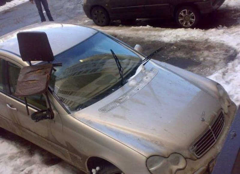 Wbite krzesło w szybę samochodu