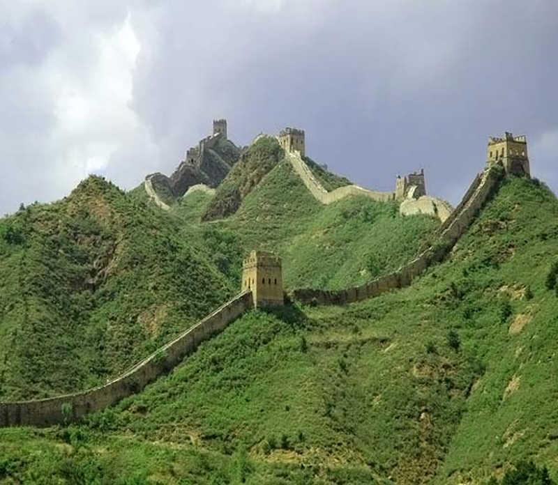 Wielki Mur Chiński rozciągający się po wzgórzach