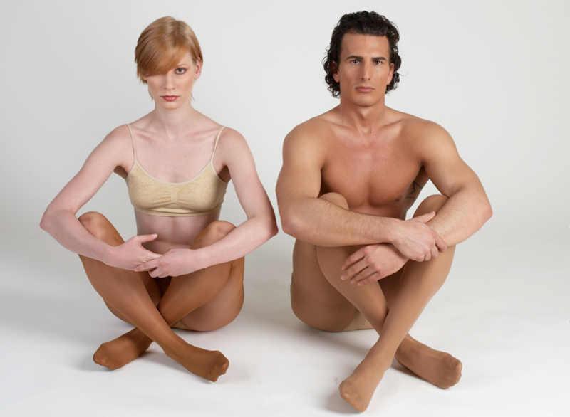 Kobieta i mężczyzna siedzący na podłodze w rajstopach