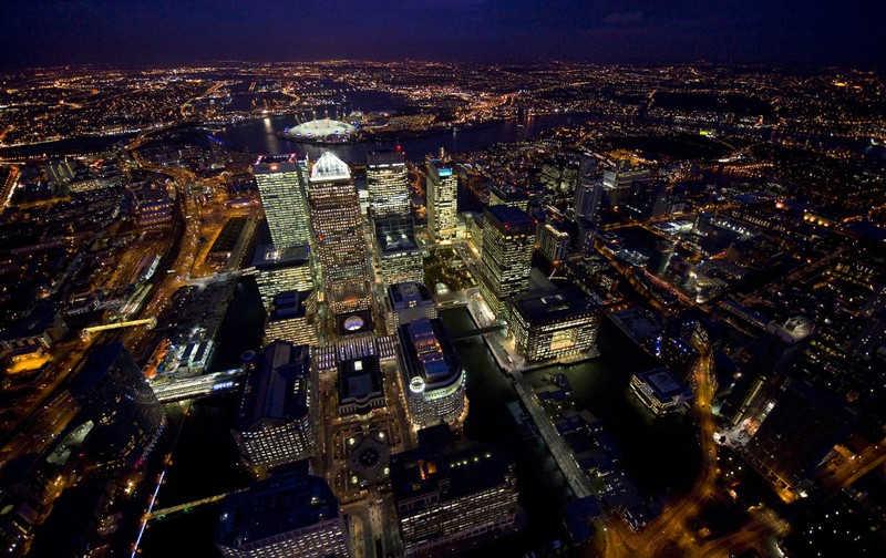 Liczne biurowce Londynu nocą