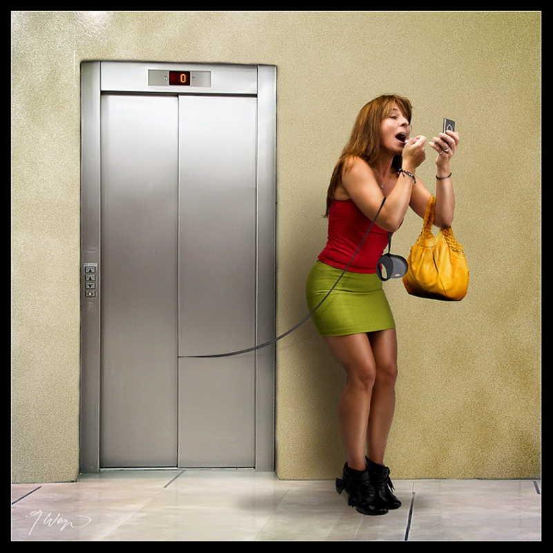 Dziewczyna podczas makijażu zapomina o swoim psie w windzie