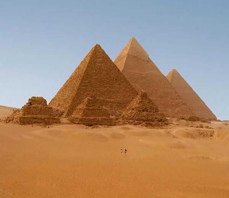 Trzy piramidy na tle pustyni