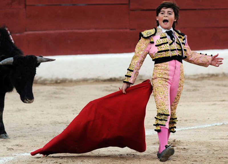 Młody torreador z czerwoną płachtą