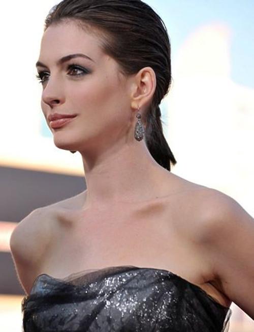 Aktorka Anne Hathaway w czarnej sukni