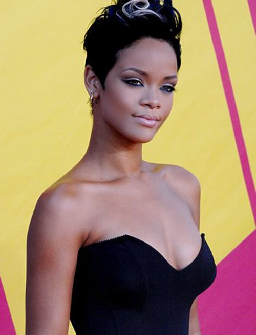 08. Barbadoska piosenkarka R&B Rihanna w czarnej sukni