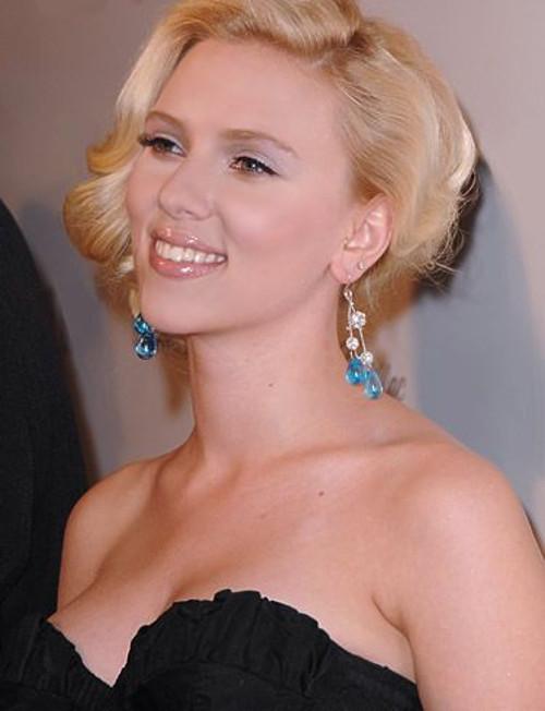 Amerykańska aktorka filmowa Scarlett Ingrid Johansson w czarnej sukni