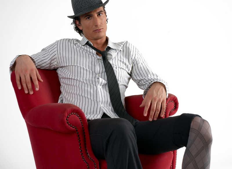 Mężczyzna w rajstopach siedzący na fotelu