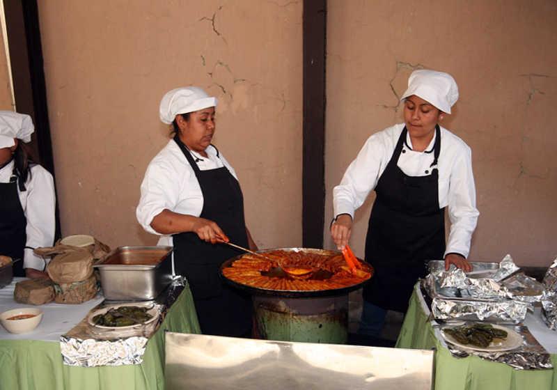 Kucharze serwujący regionalną kuchnię