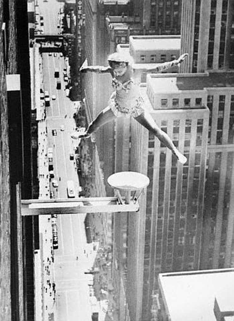 Akrobatka przedstawia swój występ na małej platformie wystającej z 48 piętra wieżowca