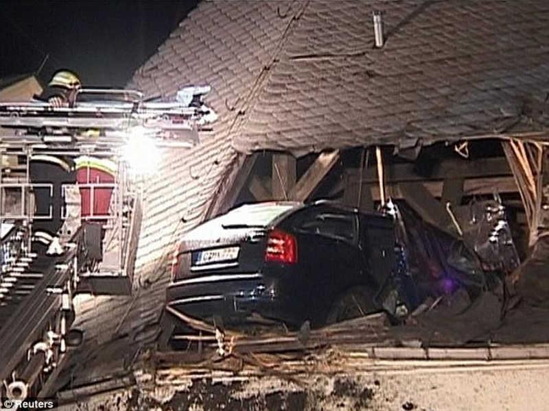 Widok samochodu wbitego do połowy w dach