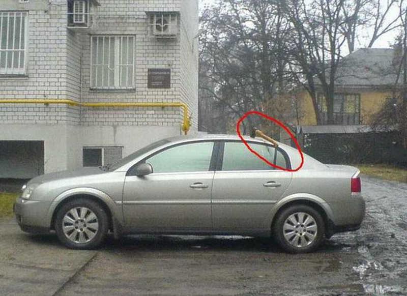 Siekiera wbita w dachu auta