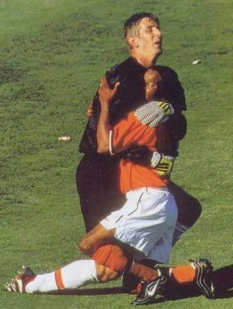 Bramkarz przytula zawodnika w geście radości