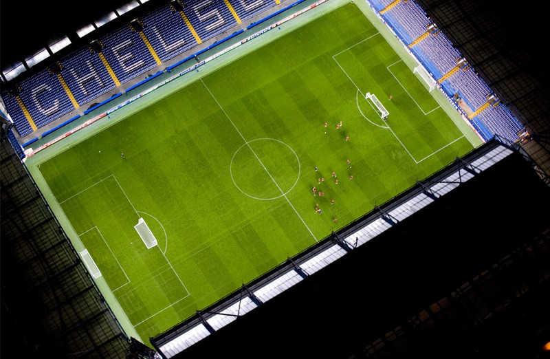Oświetlony stadion piłki nożnej