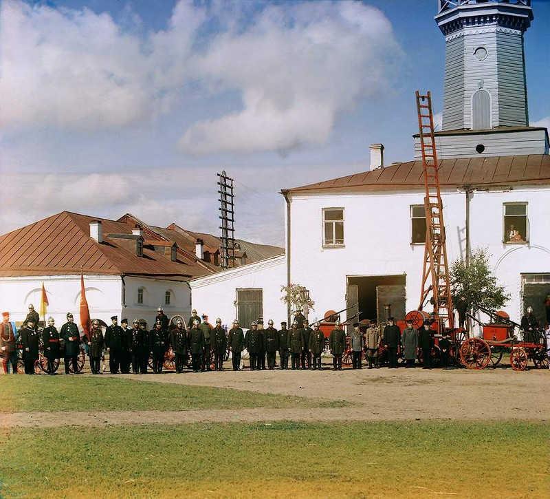 Strażacy pozują do zdjęcia przed remizą