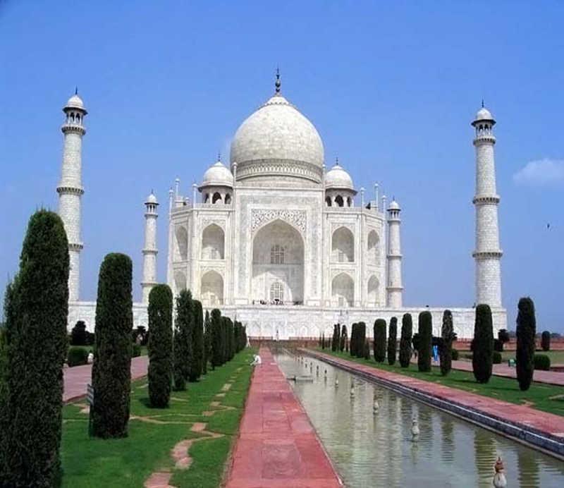Mauzoleum w Indiach z czterema minaretami