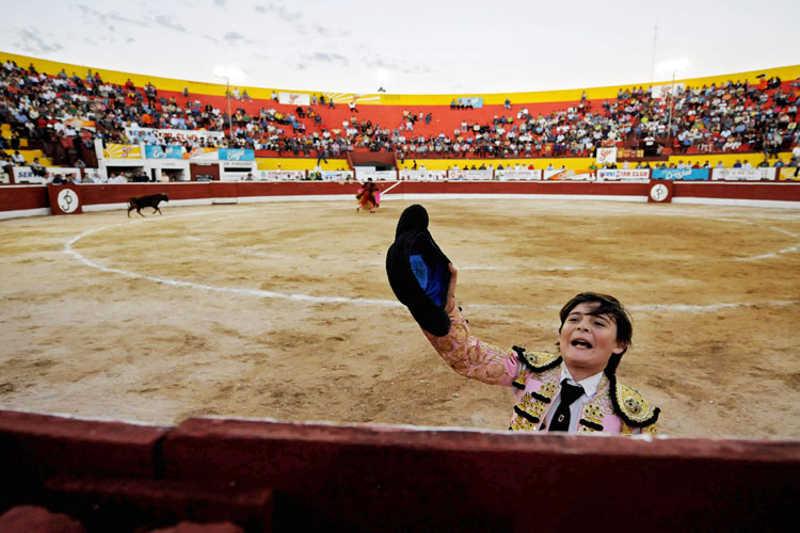 Torreador wita się z publicznością
