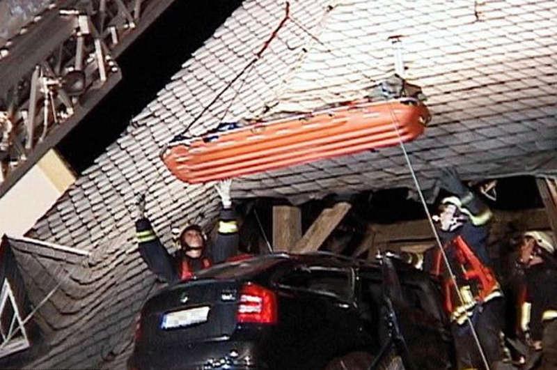 Transport rannego kierowcy przy pomocy dźwigu