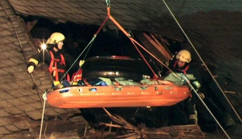 Strażacy ściagają poszkodowanego w specjalnych noszach