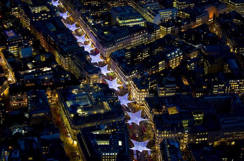 Jedna z ulic Londynu nocą