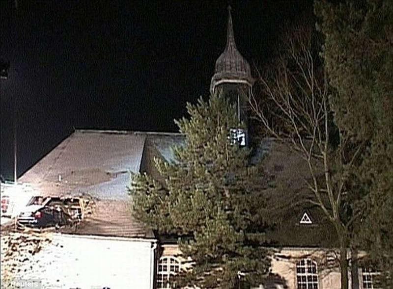 Widoczne duże uszkodzenia dachu jakie wyrządził samochów