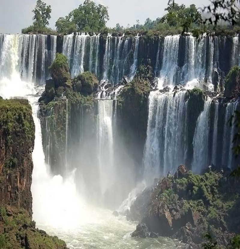 Widok spadającej wody na wodospadzie Iguazu