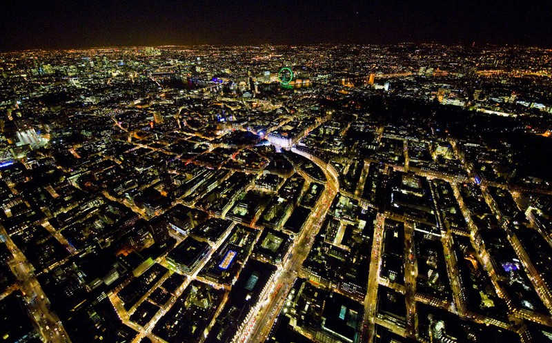 Oświetlone londyńskie ulice