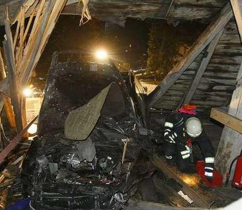 Widok zniszczonego auta od strony wnętrza strychu