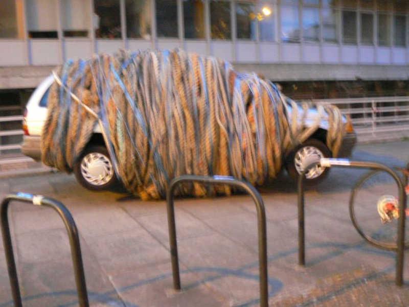 Ktoś okręcił całe auto linami