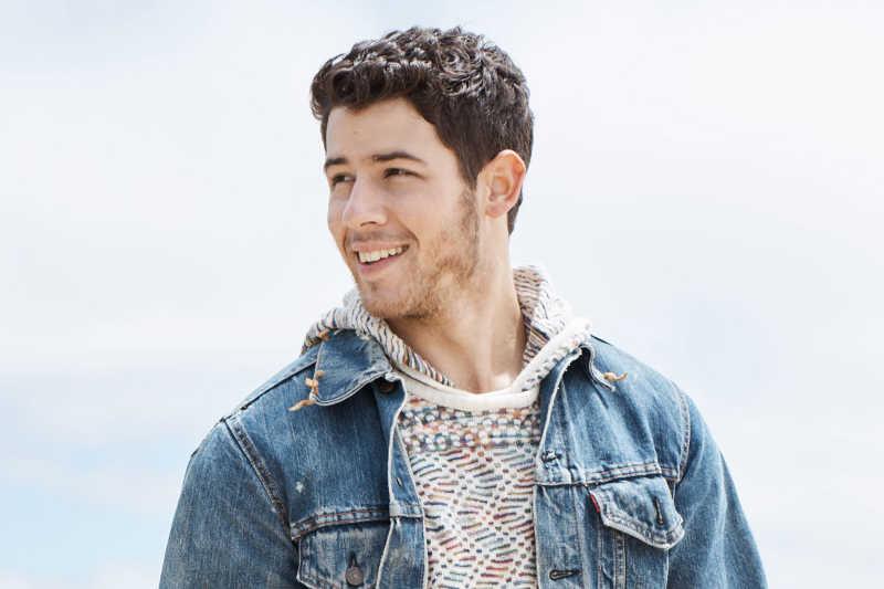 Nick Jonas w dżinsowej kurtce