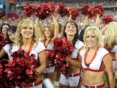 Cheerleaderki w białych strojach