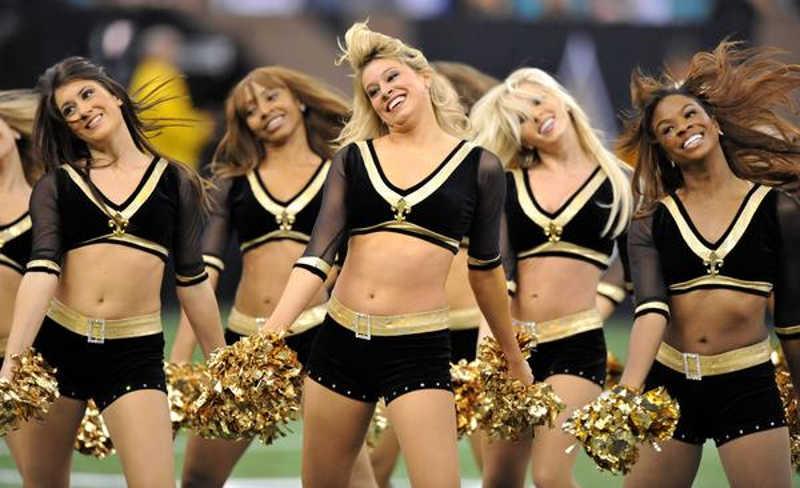 Cheerleaderki zabawiające publiczność na stadione